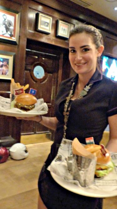 camarera-hard-rock-cafe-planeta-en-conserva